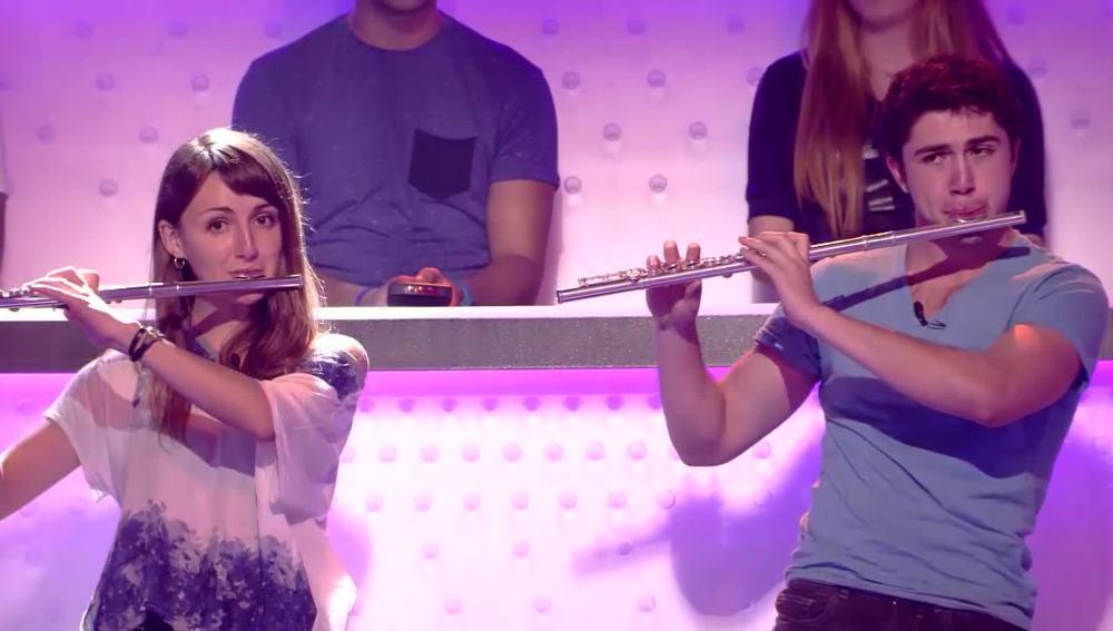 Dos estudiantes del público interpretan la sintonía de Juego de Tronos con flauta travesera
