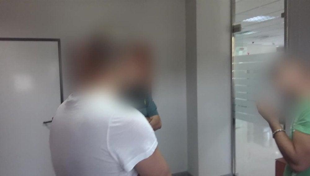 Los hermanos de un detenido por la Guardia Civil, en el Cuartel