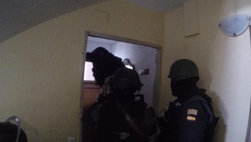 Los agentes de la Guardia Civil entran en un piso franco