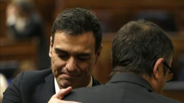 Pedro Sánchez abraza a Patxi López.
