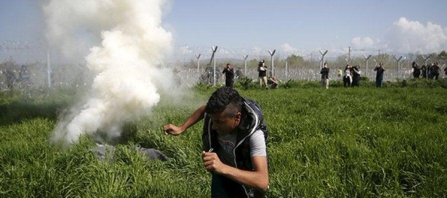 La policía macedonia usa gases lacrimógenos contra los refugiados