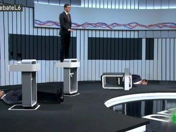 Pedro Sánchez decide posicionarse encima de la mesa en el Debate 13J para que la cámara le coja un buen plano