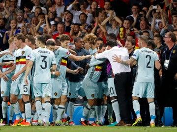 Bélgica, un apiña celebrando uno de los cuatro goles ante Hungría