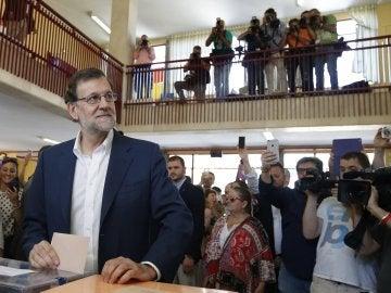 Mariano Rajoy deposita su voto