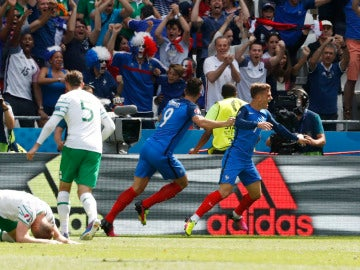 Griezmann celebra uno de sus goles ante Irlanda