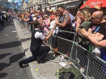 Momento en el que el policía ha pedido matrimonio a su pareja durante el Orgullo Gay de Londres