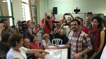 Alberto Garzón antes de votar el 26J