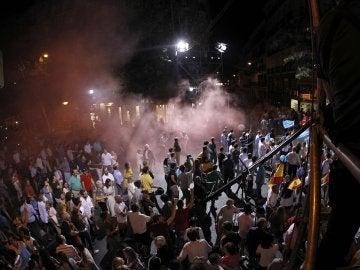 Intentan sabotear con bengalas la fiesta del PP en la sede de Génova tras ganar las elecciones