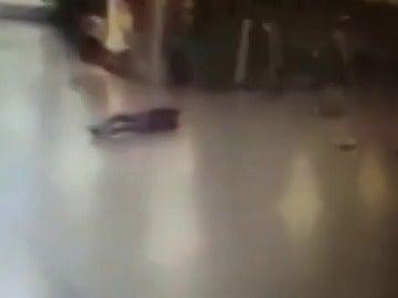 Un policía dispara contra uno de los terroristas del aeropuerto de Estambul y huye justo antes de que se inmole