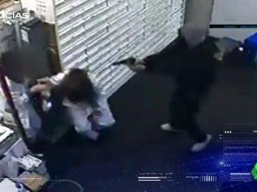 """Un toxicómano roba a punta de pistola en una farmacia: """"Le pegaría una hostia sólo por el mal día"""""""