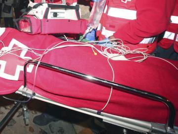 Imagen de un herido, mientras es trasladado al Complejo Hospitalario de Salamanca. Archivo.