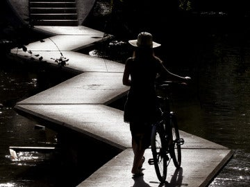 Una joven con una bicicleta