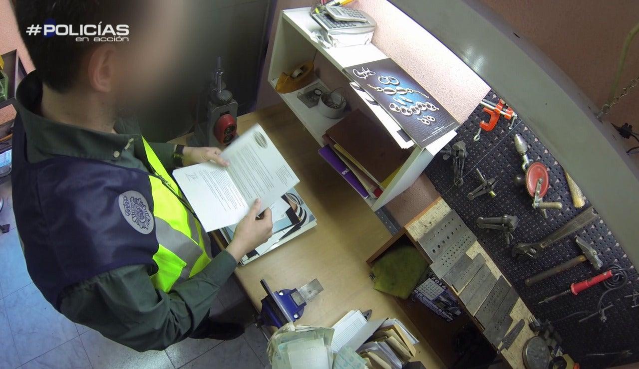 Revisando documentos en Policías en acción