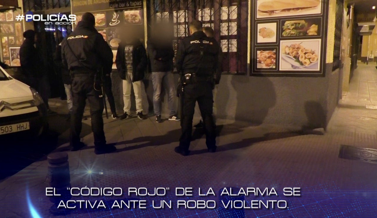 Agentes de Policía en un operativo nocturno