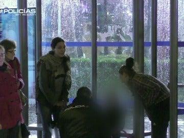 """Los agentes tranquilizan a la hija de una mujer atropellada: """"No te preocupes que mamá está bien"""""""