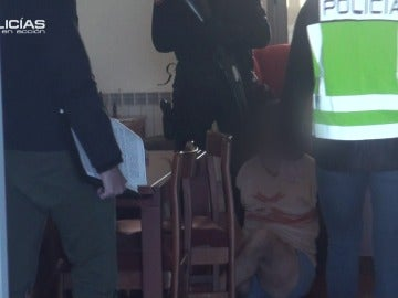 """Los agentes detienen a los integrantes de una organización dedicada al Phising: """"¡Tírese al suelo caballero!"""""""