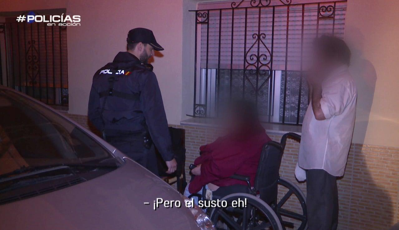 Atendiendo a un ciudadano en Policías en acción