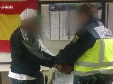 """Un agente, a un detenido por tráfico de drogas: """"Te van a llevar al hospital a que expulses las bolas de cocaína"""""""