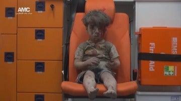 Frame 29.398966 de: Omran, un pequeño de cinco años que se ha convertido en la imagen más inocente del horror en Siria