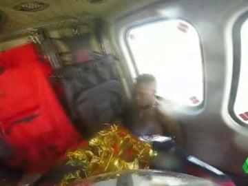 Espectacular rescate de un joven que quedó atrapado en unas rocas por el fuerte oleaje en una playa de Gijón