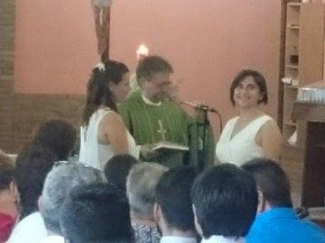 El obispo bendiciendo a las dos chicas