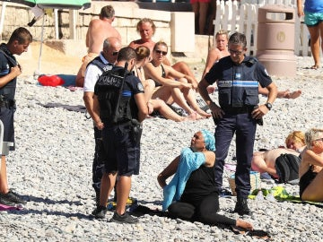 Las autoridades francesas obligan a una mujer a quitarse el 'burkini'