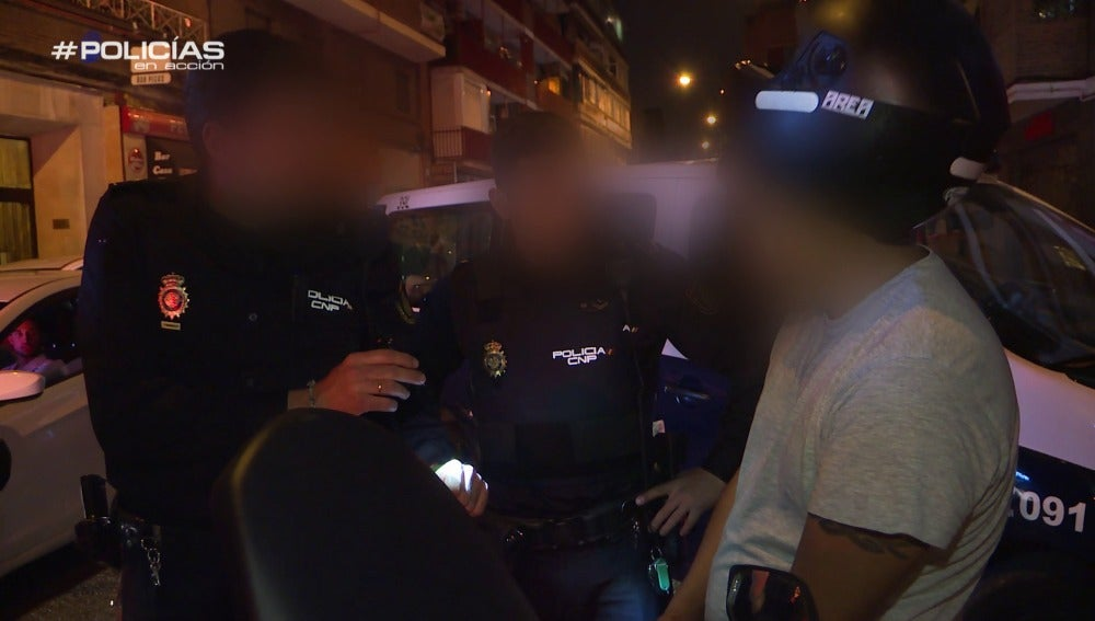 La Policía hablando con el motorista ebrio