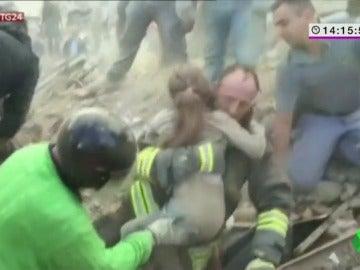 Así ha sido el emotivo rescate de Giulia, una pequeña de 10 años que estuvo bajo los escombros 17 horas