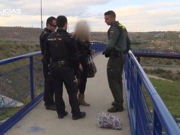 """Una joven que se intentaba suicidar en la Cañada Real: """"He dicho '¿Y si me quito la vida y acabo con todo?', pero he pensado en mi hijo"""""""