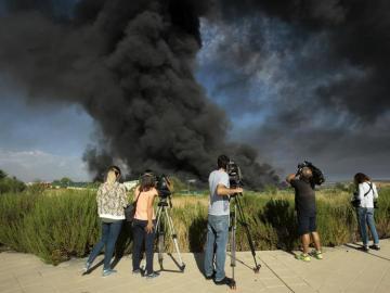 La nube tóxica del incendio de Guadalajara mantiene en alerta a los vecinos de la localidad de Chiloeches