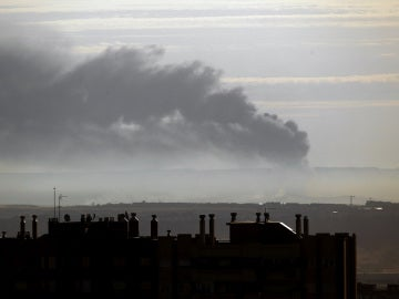 Una gran columna de humo se aprecia en el horizonte desde la zona norte de Madrid como consecuencia del incendio