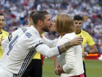 Ramos da un beso a Mireia Belmonte
