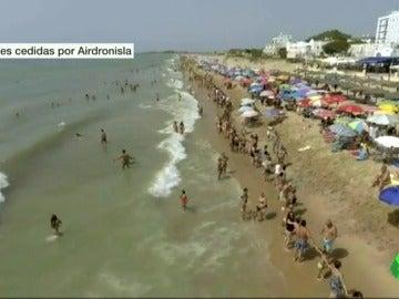 Una cadena humana de más de tres kilómetros protesta contra la violencia machista en Huelva