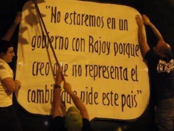 Miembros de Hogar Social Madrid pegan pancartas en la sede de Ciudadanos en Madrid
