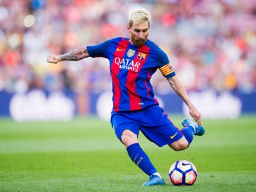 Leo Messi golpea el balón en un partido con el Barcelona
