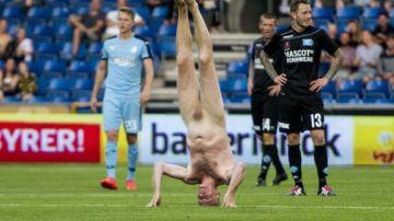 Lars Elstrup hace el pino desnudo en un partido de la liga danesa