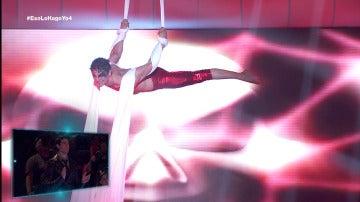 Álex Arce utiliza un aéreo con telas para convencer de que es el artista más completo