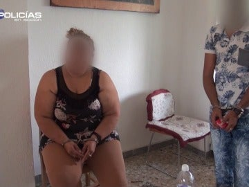 """Así consuela una mujer a su hija, tras ser detenida: """"Me pongo de rodillas para que no llores"""""""