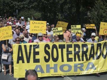 Miles de personas se manifiestan en Granada contra el 'aislamiento ferroviario' que sufre la ciudad