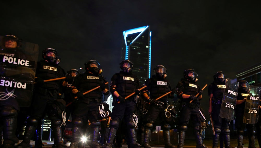 Agentes de policía preparados para frenar a los manifestantes de Charlotte, en EEUU