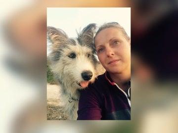 La mujer junto a su perro