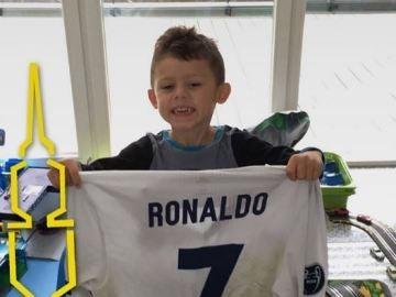 El hijo de Aubameyang posando con la camiseta de Cristiano Ronaldo