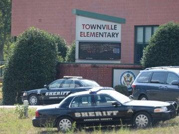 Varios coches del Sheriff del condado de Anderson, EEUU, ante el colegio de educación primaria de Townville, en Carolina del Sur