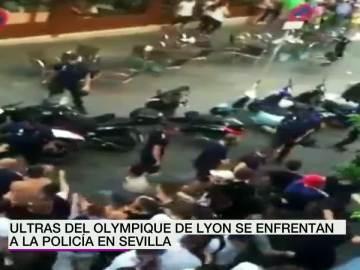 Batalla campal entre la policía y los ultras del Lyon en pleno centro de Sevilla
