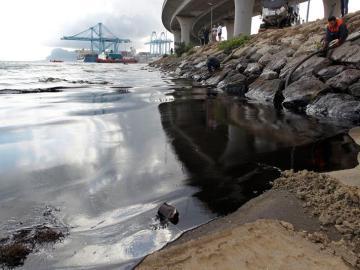 Un fallo mecánico provoca el derrame de más de 500 litros de crudo en la Bahía de Algeciras