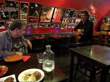"""Fermín recibe al chef de Pesadilla en la cocina guitarra en mano, por rumbas: """"Mi Chicote ya ha llegado…"""""""