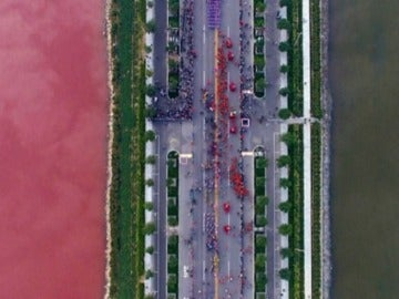 El fenómeno natural más turístico de China: un lago se tiñe de rojo 'sangre' por la presencia de un alga
