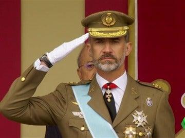 Felipe VI demuestra su españolidad por todo lo alto con un baile muy original durante el desfile militar