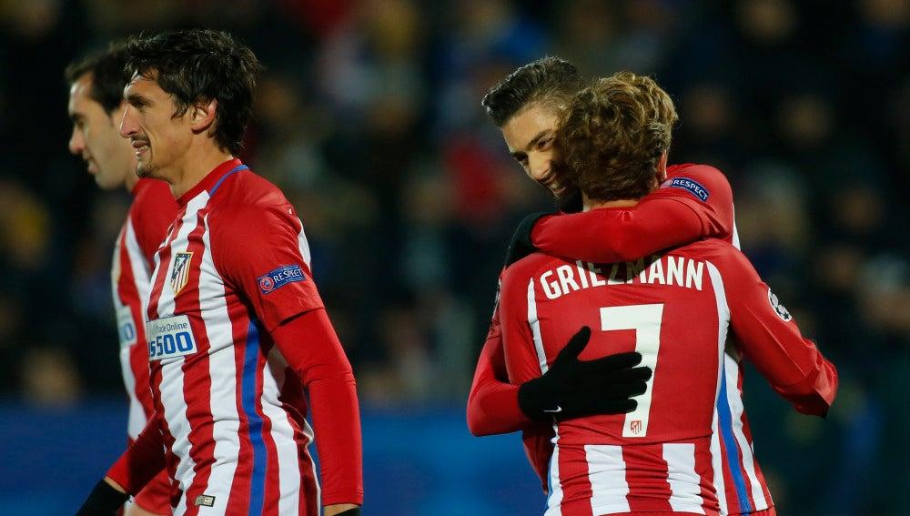 Griezmann celebra con Carrasco el gol del belga ante el Rostov