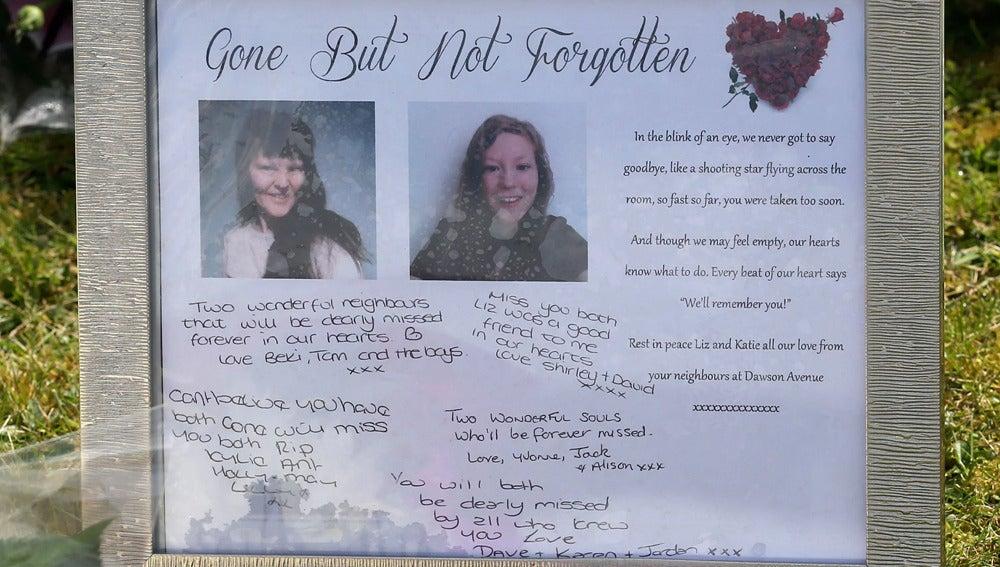 Textos en recuerdo de la madre y la hija asesinadas en el pueblo de Spalding, Inglaterra